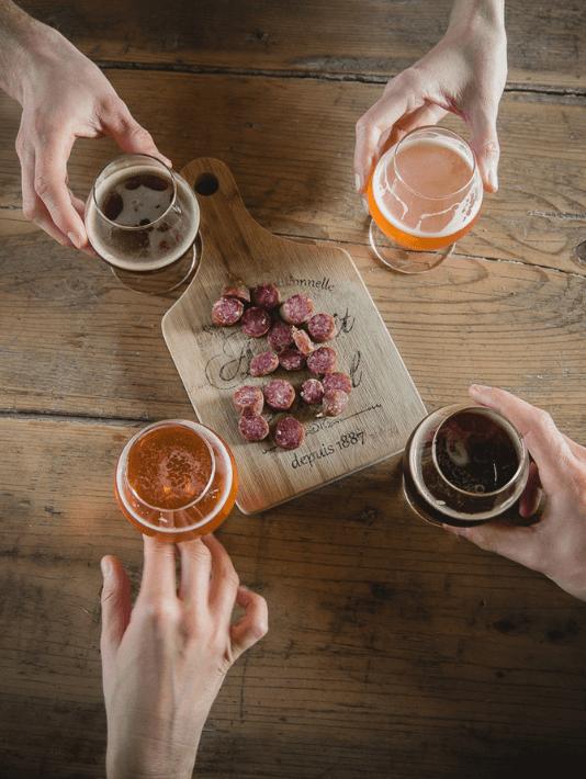 Des amis savourent une bière dans un estaminet
