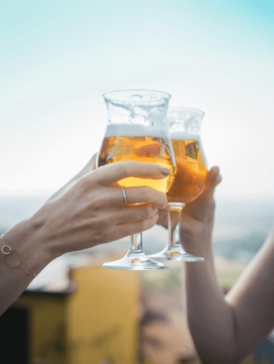 Deux amies boivent une bière fraiche au sommet du Mont Cassel